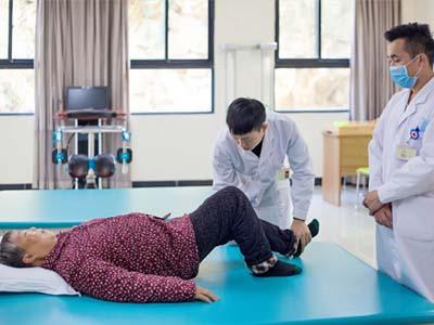 康复技术专业-老年人正在接受治疗